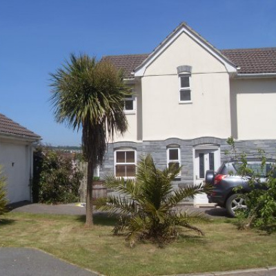 Superbly located house ten mins walk to beach,bars,harbour