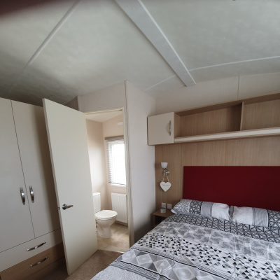 Main bedroom showing en-suite